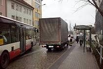 Snímek ukazuje, jak se také dá zaparkovat nazastávce v ulici Otýlie Beníškové