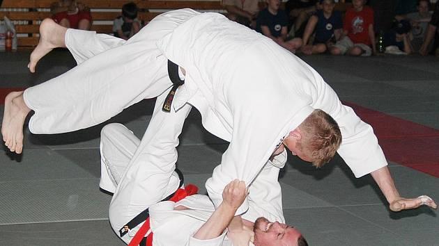 Člen Judoclubu Plzeň David Přinda (vleže) provádí chvat joko tomoenage v utkání extraligy družstev proti Hradci Králové.