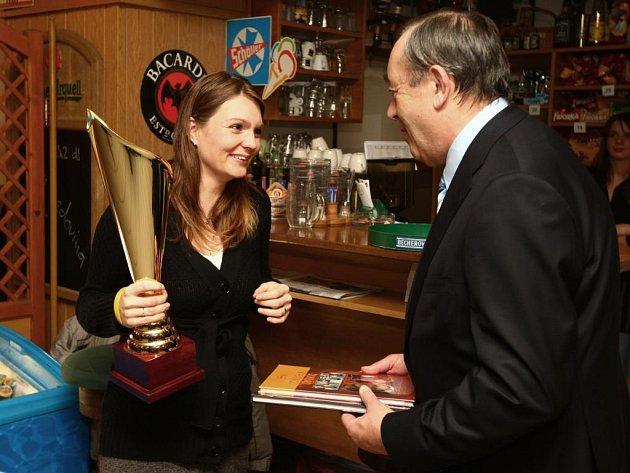 Kateřina Emmons přebíra cenu pro vítěze ankety