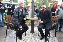Autor návrhu lavičky Bořek Šípek (vlevo) a odstupující primátor Plzně Martin Baxa na slavnostním odhalení Lavičky Václava Havla