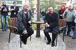 Snímek z odhalení lavičky Václava Havla. Zleva autor lavičky Bořek Šípek s odstupujícím primátorem Plzně Martinem Baxou.