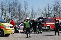 Motorkáře se košutečtí hasiči i záchranáři marně snažili asi 20 minut resuscitovat, ale čtvrt hodiny před polednem konstatoval lékař jeho smrt.