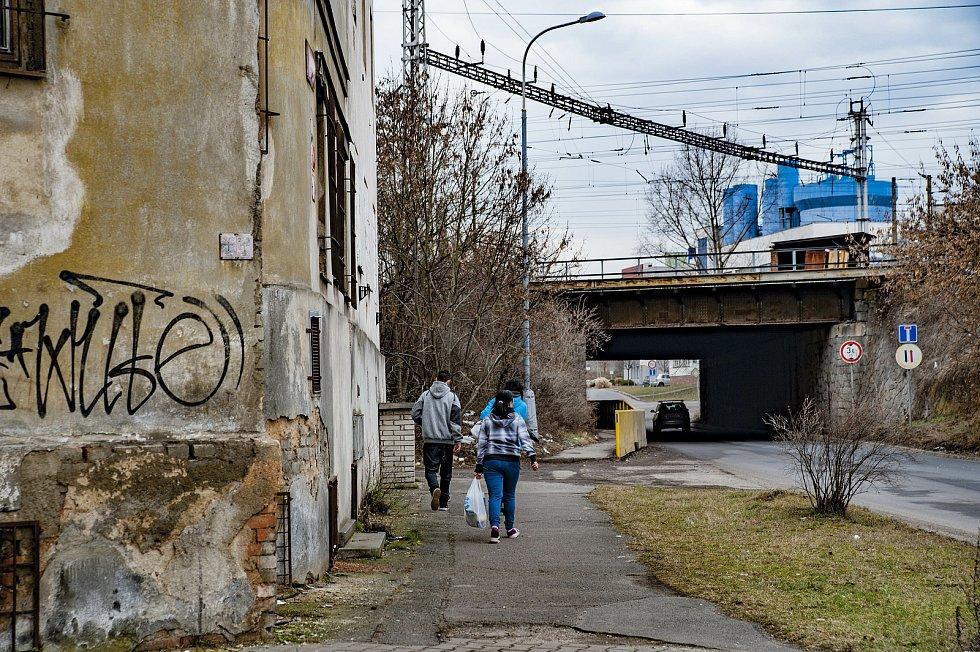 Kvůli výstavbě východního okruhu by mohl být zchátralý pavlačový dům na Jateční ulici v Plzni za pár let srovnán se zemí.