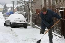 V neděli ráno se lidé museli chopit lopat a hrabel a proházet si cestu od svých domovů. Na snímku uklízí sníh muž v Senecké ulici v Plzni na Bílé Hoře.