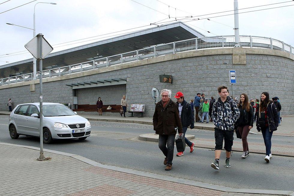Chybějící přechod u Hlavního nádraží v Plzni.