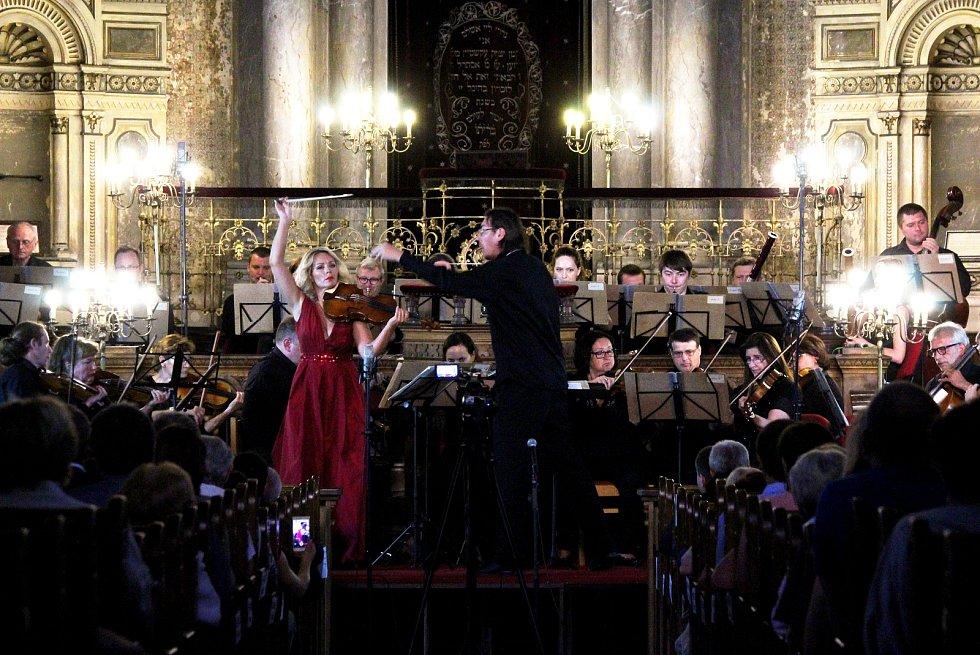 Zahajovací koncert festivalu Procházky uměním ve Velké synagoze v Plzni.