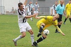 Utkání 12. kola krajského přeboru mezi domácím Bolevcem a Stříbrem (ve žlutém). Zápas vyhráli hosté 2:1.
