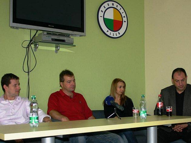 Na středeční tiskové konferenci  hovořili o nejbližších plánech basketbalové Lokomotivy Interconex Plzeň sekretář klubu Marek Kozel, předseda Lokomotivy Pavel Froněk (zleva) a zástupce generálného partnera Václav Jáchim (zcela vpravo)