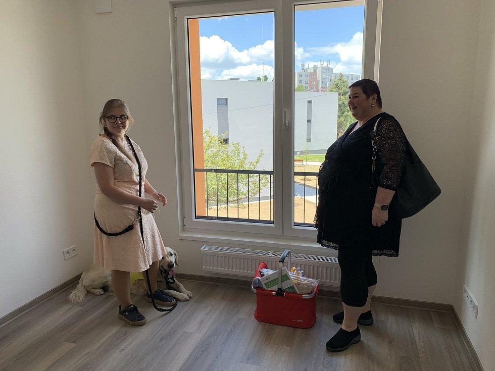 Věra Pašková bude v novém bytě na Zátiší bydlet spolu se svojí dcerou Zuzanou a pejskem Brunem.