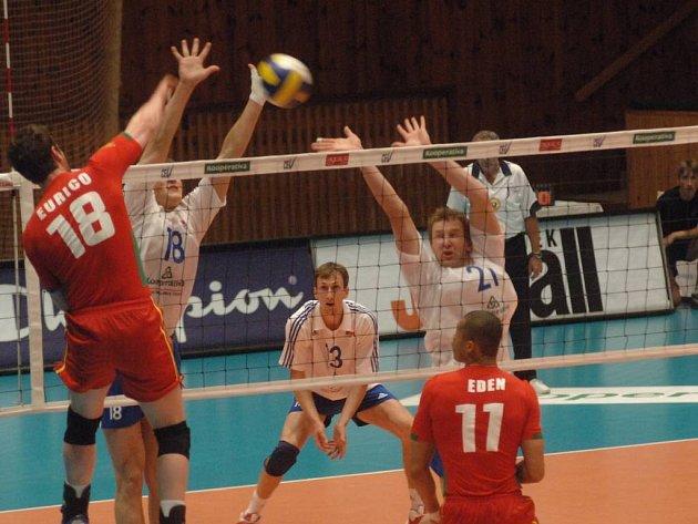 Portugalec Eurico útočí přes český dvojblok. Čechům se ani jeden zápas v Plzni nepovedl.