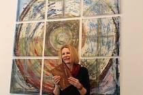 Jana Trnková ukazuje jednu ze svých uměleckých vazeb. V pozadí je dílo s názvem Kvadratura kruhu, po němž je pojmenovaná i celá výstava
