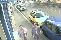 Policie pátrá po mužích ze záznamu z Tylovy ulic v Plzni
