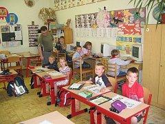 Prvňáčci z Vrčeně při hodině matematiky se svým učitelem Pavlem Maršalíkem