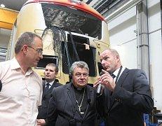 Místo svého dávného pracoviště si přijel prohlédnout pražský arcibiskup Dominik Duka. Kromě nové tramvaje ve Škoda Transportation viděl i jednotlivé výrobní procesy
