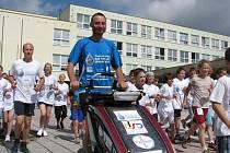Po přednášce si David Chrištof s dětmi z 1. Základní školy zaběhl kolečko. Pro pitnou vodu běží do Londýna
