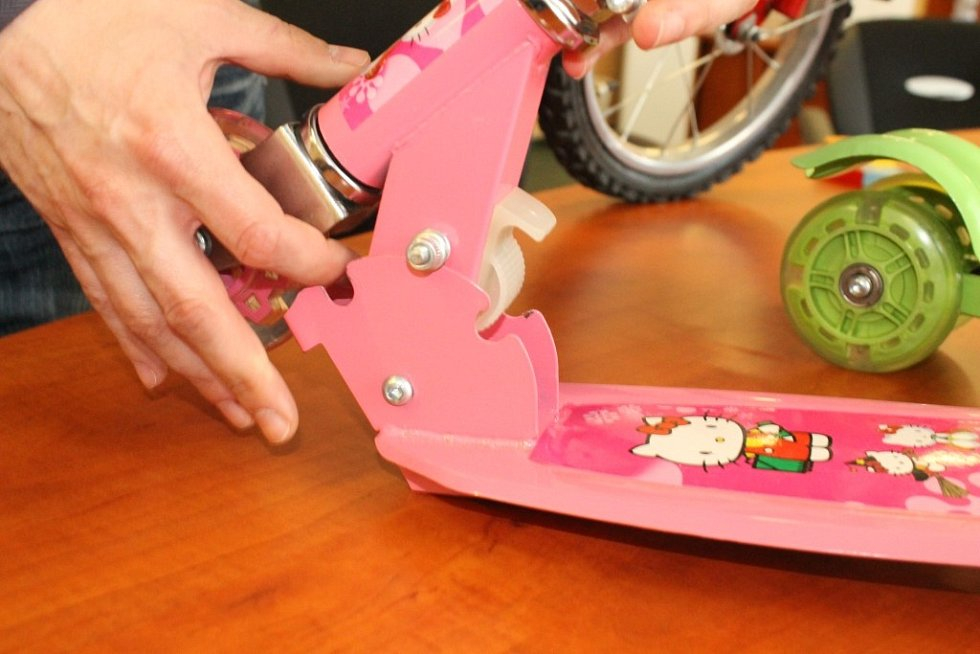 Mezery mezi pohyblivými prvky koloběžky můžou způsobit zranění prstů