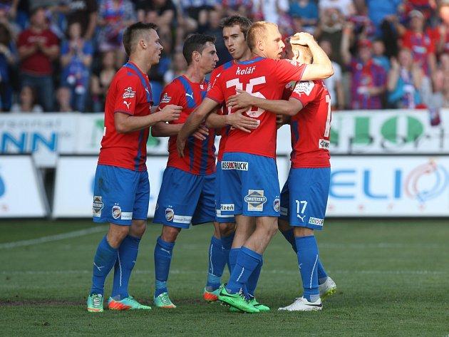 BODY SE DĚLILY. Takto se fotbalisté Viktorie Plzeň radovali z vedoucí branky v posledním domácím utkání v této sezoně proti Brnu. Moravané ale dokázali vyrovnat a duel skončil 1:1.