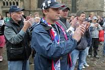 Demonstrace fanoušků fotbalové Viktorie Plzeň před plzeňskou radnicí. Kromě petice předali primátorovi Pavlu Ródlovi a technickému náměstkovi Petru Rundovi i základní kámen stadionu