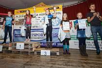 Reprezentant Ondřej Cink (vpravo) tleská na slavnostním vyhlášení nejlepším dívkám z kategorie U11. Z vítězství v sérii se radovala Lucie Grohová z Author Teamu.