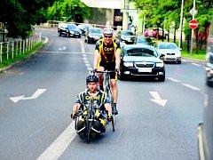 Cyklomaraton pro dobrou věc absolvuje ode dneška do  soboty Jan Krauskopf z Plané. Sportovec, odkázaný po nehodě na motorce na invalidní vozík, pojede na svém handbiku štafetový závod zdravých a handicapovaných cyklistů kolem celé Česka a Slovenska