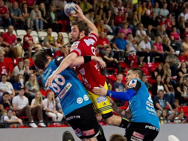 Na snímku z prvního finálového duelu se snaží zastavit dukelského Jakuba Svitáka (s míčem) obrana Talentu ve složení Jakub Šindelář (vlevo) a Petr Vinkelhöfer