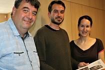 Autoři expozice Lucie Jirásková Vendelová a Petr Košárek strávili přípravami čtyři měsíce. Radek Cinke (vlevo) z Rokycan je spolupracovníkem egyptologického ústavu.