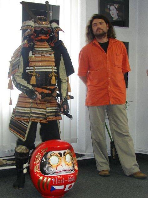 Organizátoři Dnů japonské kultury (na snímku jejich ředitel Ivoš Hucl) představili v plzeňské Galerii U Svaté Anny také oblého maskota nebo spíše dobrého ducha festivalu. Je jím Daruma