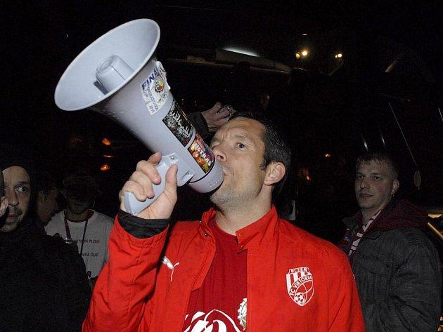 Kapitán Viktorie Plzeň Pavel Horváth promlouvá přes megafon k fanouškům na plzeňském náměstí Republiky při společné oslavě vítězství v Ondrášovka Cupu