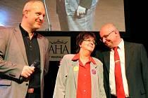 Oceněná Libuše Nejedlá s předsedou Pionýra Martinem Bělohlávkem (vpravo) a moderátorem večera Janem Kovaříkem