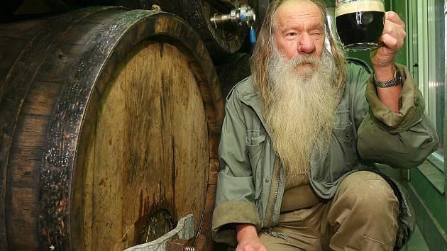 Sládek pivovaru Groll Miroslav Kapr navařiil speciální čtrnáctistupňové vánoční pivo.