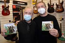 Folkrocková skupina Čechomor potěšila své příznivce předvánoční autogramiádou k desce Radosti života v plzeňském obchodě Hudebniny Houdek.