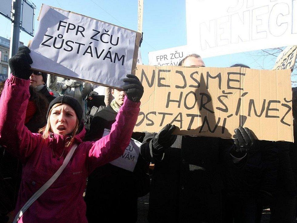 Demonstrace studentů před budovou právnické fakulty ZČU v sadech Pětatřicátníků v Plzni.