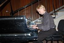 Třináctiletý klavírista Jakub Sládek z Brna pozval svou hrou v Českém rozhlase na 50. Chopinův festival.