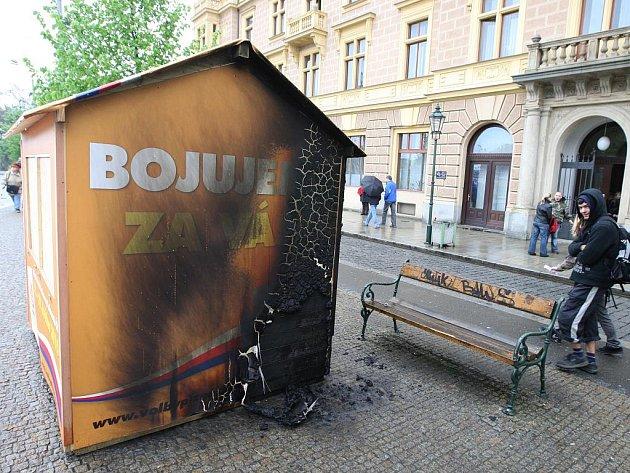 Stánek sociálních demokratů v plzeňských sadech Pětatřicátníků po požáru