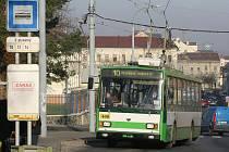 Trolejbus číslo 10 dnes jezdí mezi Čechurovem a Centrálním autobusovým nádražím, od ledna už se s ním ale do Husovy ulice nedostanete. Desítka objede Anglické nábřeží a vrátí se Prokopovou ulicí na Čechurov a do Černic.