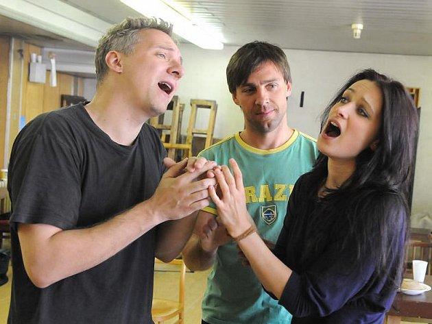 Soňa Borková, Roman Vojtek a Bronislav Kotiš (na snímku zprava) při zkoušce komorního amerického muzikálu Miluju tě, ale...