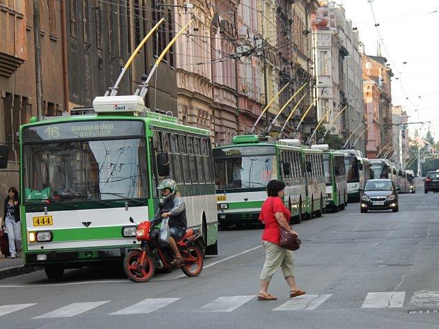 V Koperníkově ulici stálo několik trolejbusů, fronta byla od Tylovky až k Jižnímu nádraží
