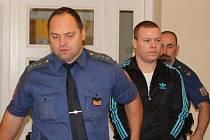 Pobodal Bulhara, kterého našel v posteli své přítelkyně. Arnoldu Hasárovi hrozí až 16 let za mřížemi.