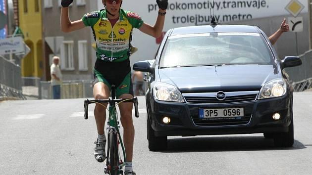 Cyklista Kooperativy Jablonec Pavel Stöhr zvítězil po sólovém úniku ve včerejší závěrečné etapě Junior Tour Blovice 2008  a cílem projel s dvouminutovým náskokem