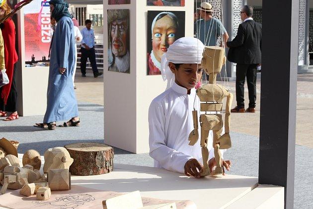 Děti z arabských zemích se seznamují s českou loutkou. Setkání jim zprosředkovalo plzeňské Divadlo Alfa.