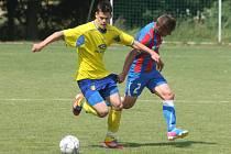 Devatenáctiletí dorostenci Viktorie Plzeň (vpravo Nino Jakirevič) sehráli v sobotu přípravné klání ve Vochově s fotbalisty Senka Doubravka (s č. 8 Patrik Vyleta)