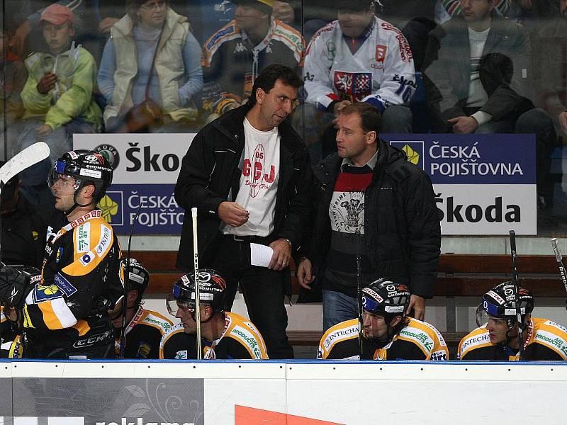 Bývalý plzeňský útočník Jiří Kučera (vlevo) s Jiřím Šlégrem na lavičce litvínovského celku.