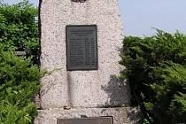 Kralovice. Hřbitov, 14 obětí pochodu zcelkem 43 uvedených, rok 1945.