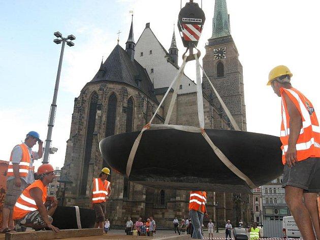Instalace částí kašen na náměstí Republiky v Plzni