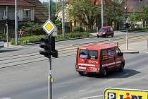 Semafor poškodila vichřice. Řidiči, kteří  vjíždí na frekventovanou silnici z vedlejších komunikací, musí mít oči na stopkách