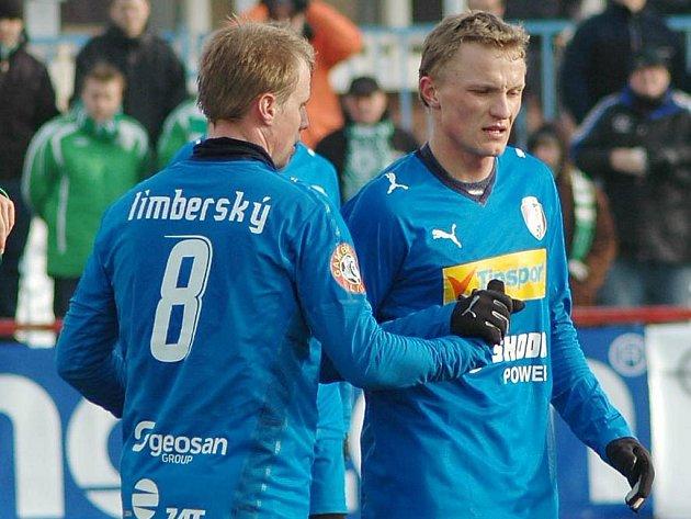David Limberský gratuluje Petru Trappovi k vítěznému gólu.