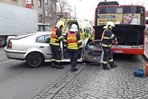 Nehoda osobního auta a autobusu v Částkově ulici v Plzni