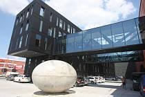 Skulptura ve tvaru vejce před Novým divadlem v Plzni