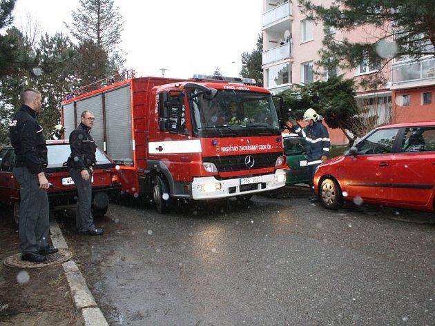Příjezd na místo požáru hasičům zkomplikovala špatně zaparkovaná auta
