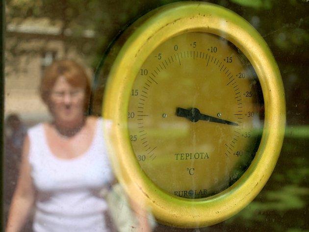 Ručička teploměru v Kopeckého sadech ukazovala včera  v poledne na 33 °C.